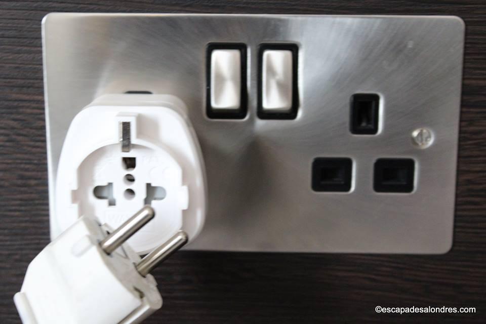 branchez vos appareils lectriques londres avec un seul adaptateur. Black Bedroom Furniture Sets. Home Design Ideas