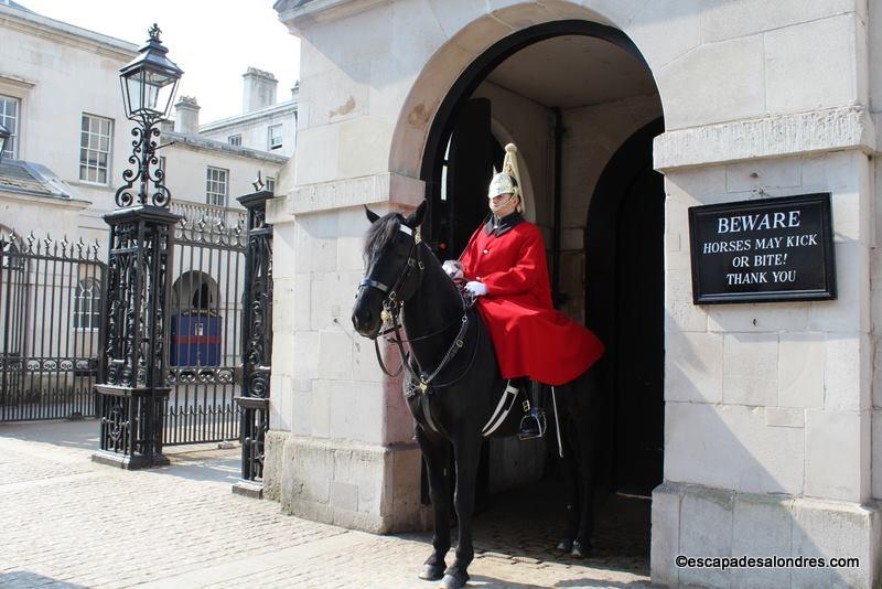 La relève de la garde à cheval: Horse Guards à Londres