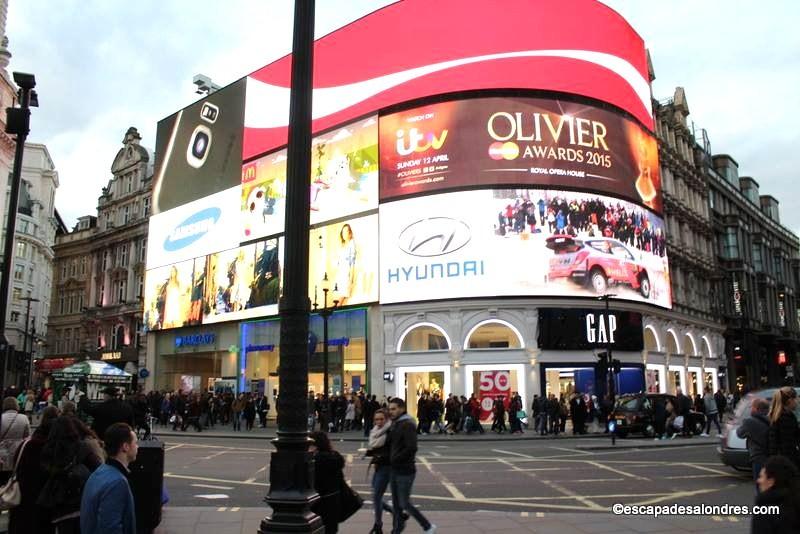 Balade sur la place de Piccadilly circus à Londres