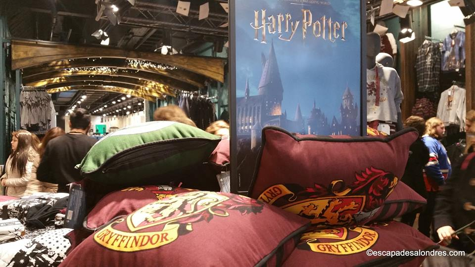 le rayon harry potter du magasin primark londres. Black Bedroom Furniture Sets. Home Design Ideas